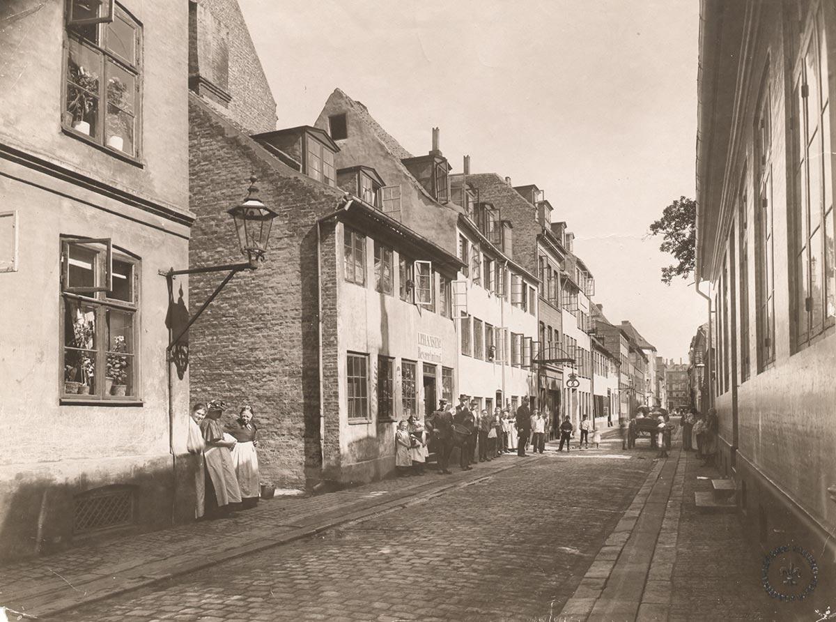 Amagergade set mod Torvegade. Foto 1900: Johannes Hauerslev, Københavns Museum.