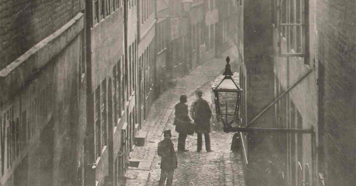 Det er sparsomt med billedmateriale af de fattigste kvarterer i København omkring koleraepidemiens begyndelse. Billedet viser Peder Madsens gang, der lå ved Kongens Nytorv. Det illustrerer de forhold fattige københavnere levede under. Årstal: Cirka 1870. Foto: Københavns Museum