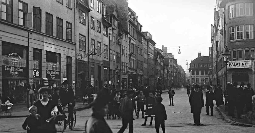 I sidste del af 1800-tallet vokser Københavns befolkning hastigt. Folk flytter fra land til by, hvor de kan få arbejde på byens fabrikker. Gaderne var et et myler af mennesker, cykler og med tiden sporvogne, der kunne transportere folk fra den ene ende af byen til den anden. År: 1908. Foto: Fotograf ukendt, Københavns Museum