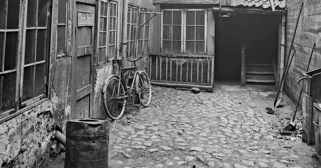 I 1915 skal dette forhus i Lille Kongensgade rives ned. Rundt om i byen bor mange mennesker i faldefærdige ejendomme. Boligkrisen handler ikke kun om mangel på boliger, men også om dårlige boligforhold. År. 1915. Foto: Fotograf ukendt, Københavns Museum.