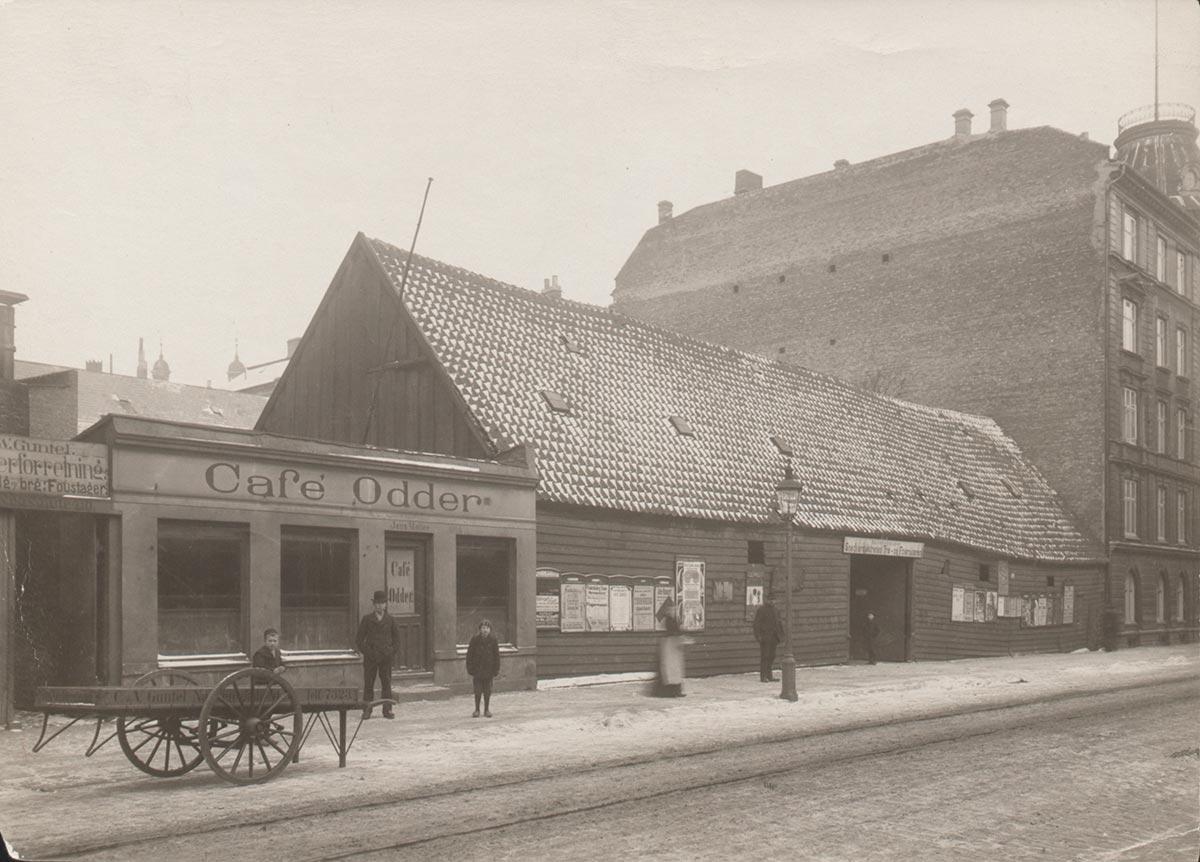 Cafe Odder i Nansensgade. Foto 1905: Frederik Riise, Københavns Museum.