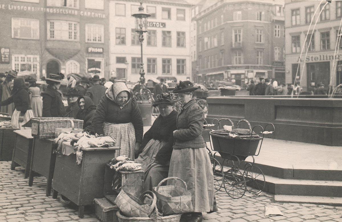 Caritasspringvandet. Foto 1910: Ukendt fotograf, Københavns Museum.