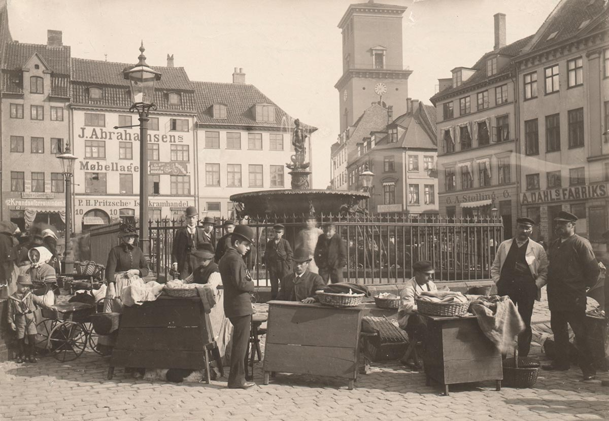 Gammeltorv og Caritasspringvandet. Foto 1890: Christian Neuhauss. Københavns Museum.