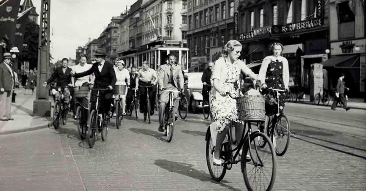 Frederiksborggade på en hektisk dag med cyklister og sporvogne. 1938. Foto: Fotograf ukendt, Københavns Stadsarkiv.
