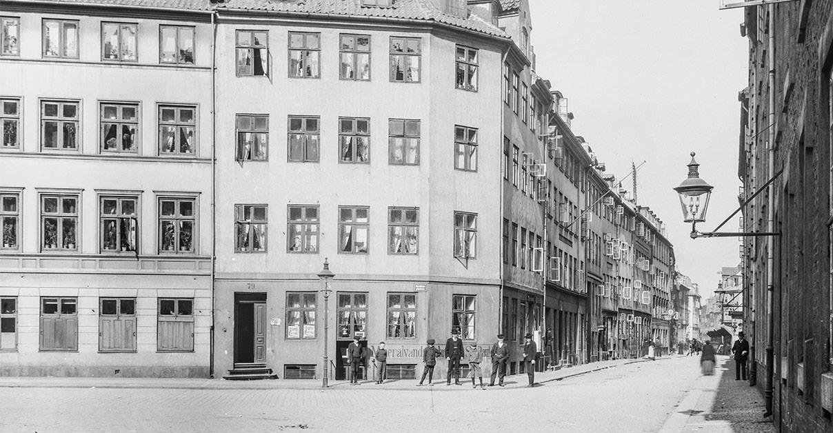 Farvergade omkring 1900. Få år efter blev de gamle huse på gadens venstre side revet ned og gaden fik sin nuværende fremtoning. Ca. 1887-1918. Foto: Fotograf ukendt, Københavns Museum.