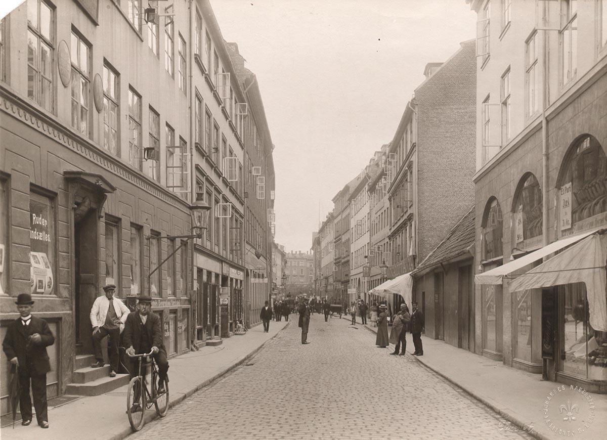 Fiolstræde mellem Krystalgade og Nørre Voldgade set mod Nørre Voldgade. Foto 1910: Johannes Hauerslev, Københavns Museum.