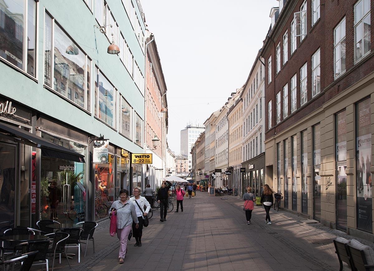 Fiolstræde mellem Krystalgade og Nørre Voldgade set mod Nørre Voldgade. Foto 2016: Mads Neuhard, Københavns Stadsarkiv