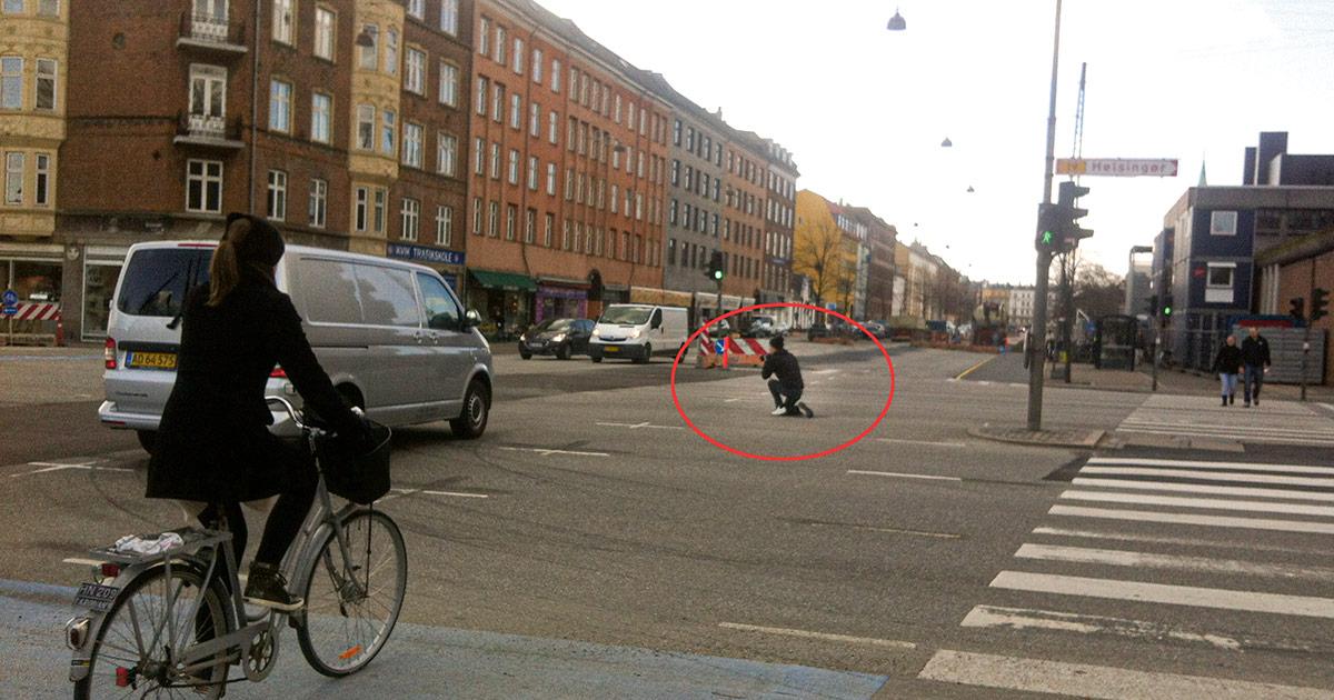 Mads Neuhard, fotografen bag Stadsarkivets før-og-nu-billeder, halvvejs ude i kørebanen i krydset Blegdamsvej/ Tagensvej, for at fange hjørnet af Blegdamsvej/Fredensgade.