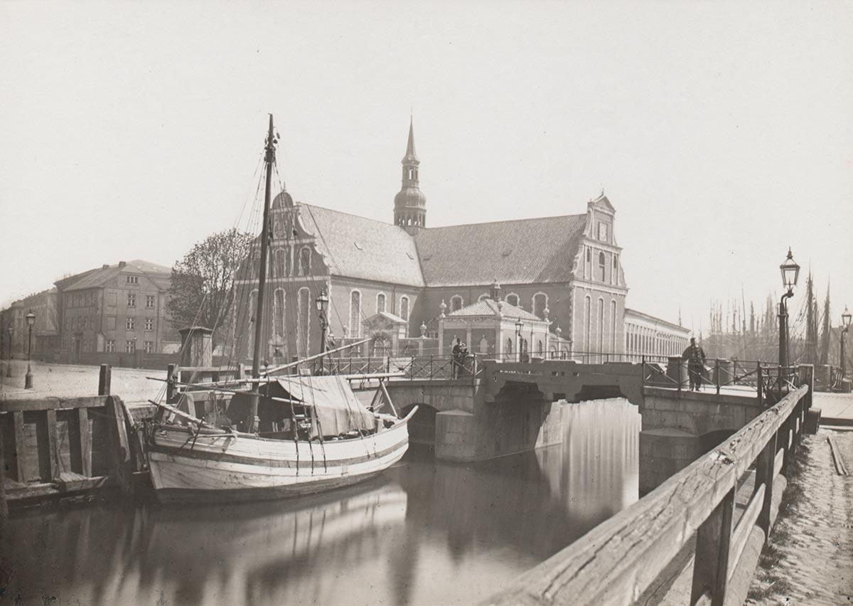 Holmens Kirke set fra kanalen ved Slotspladsen. Foto 1874: Ukendt fotograf, Københavns Museum