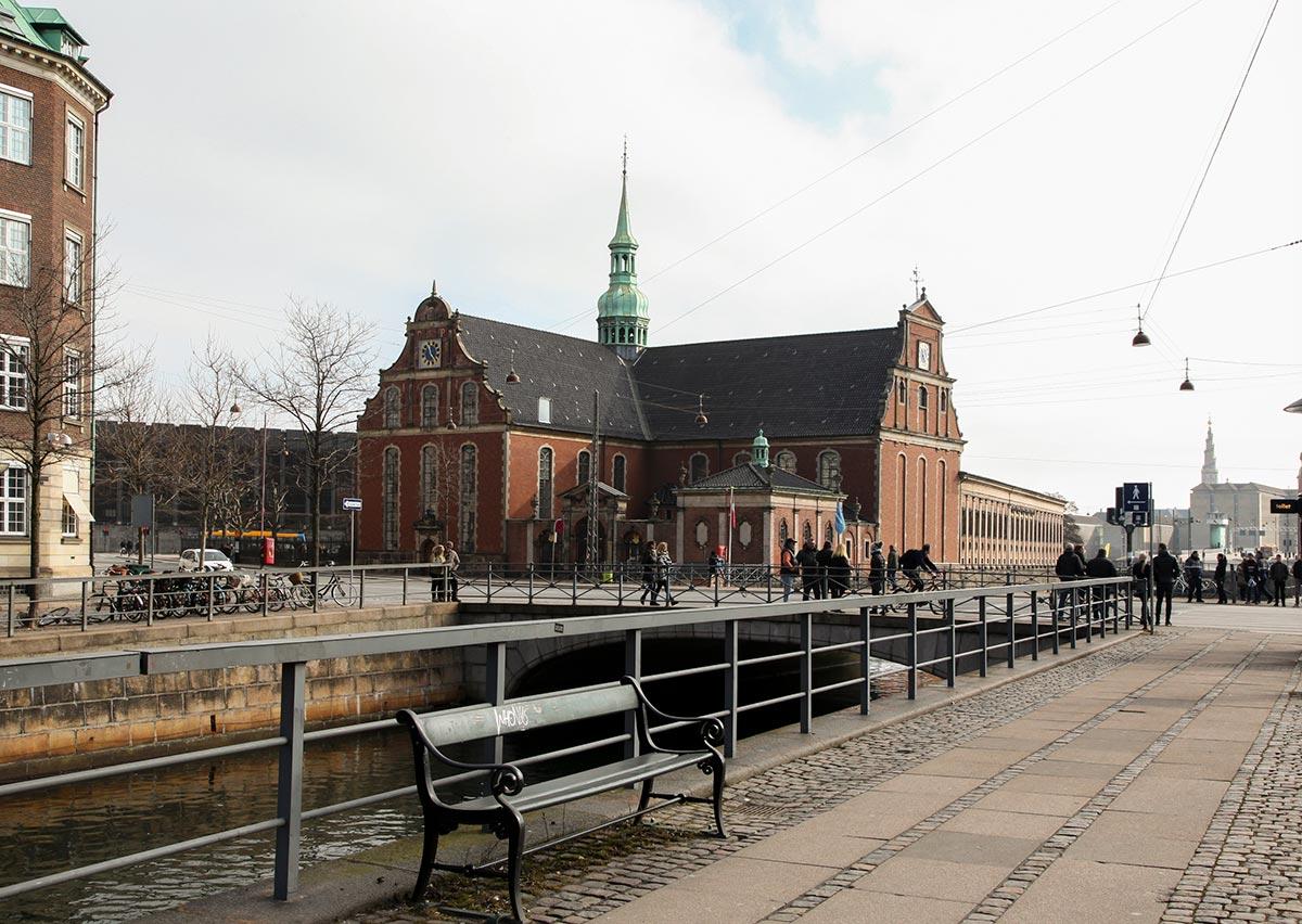 Holmens Kirke set fra kanalen ved Slotspladsen. Foto 2016: Mads Neuhard, Københavns Stadsarkiv