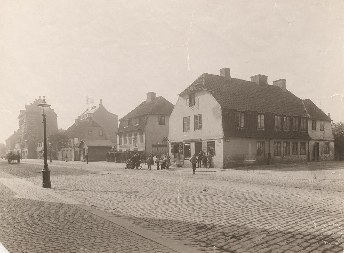 Nørrebrogade ved hjørnet af Holtegade. Set mod Nørrebros Runddel. Foto 1896: Johannes Hauerslev, Københavns Museum.