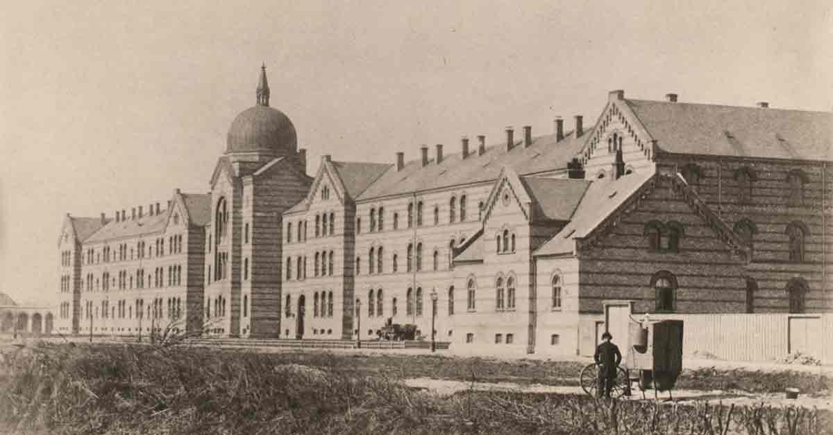 Kommunehospitalets hovedfacade mod Øster Farimagsgade, set fra glaciset udenfor Rosenborg Bastion i Østervold. Ca. 1865. Foto: Fotograf ukendt, Københavns Museum.