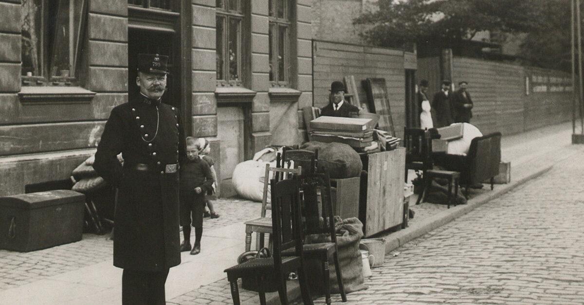 Kongens foged har sat en families indbo på gaden, da de ikke har betalt huslejen. År: Ca. 1908. Foto: Fotograf ukendt, Københavns Museum