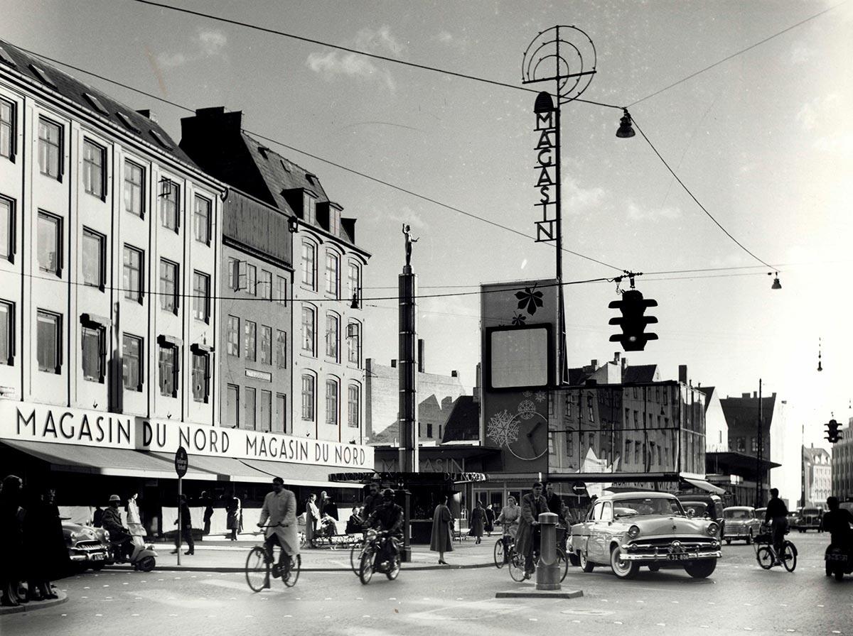 Magasins torv. Foto 1954: Ukendt fotograf, Københavns Stadsarkiv.