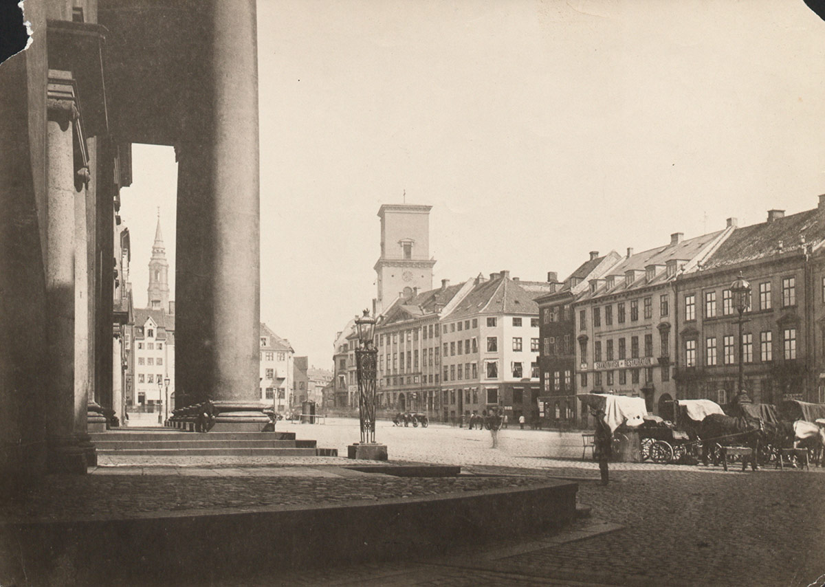 Nytorv med Domhuset. Foto 1872: Oluf W. Jørgensen, Københavns Museum.