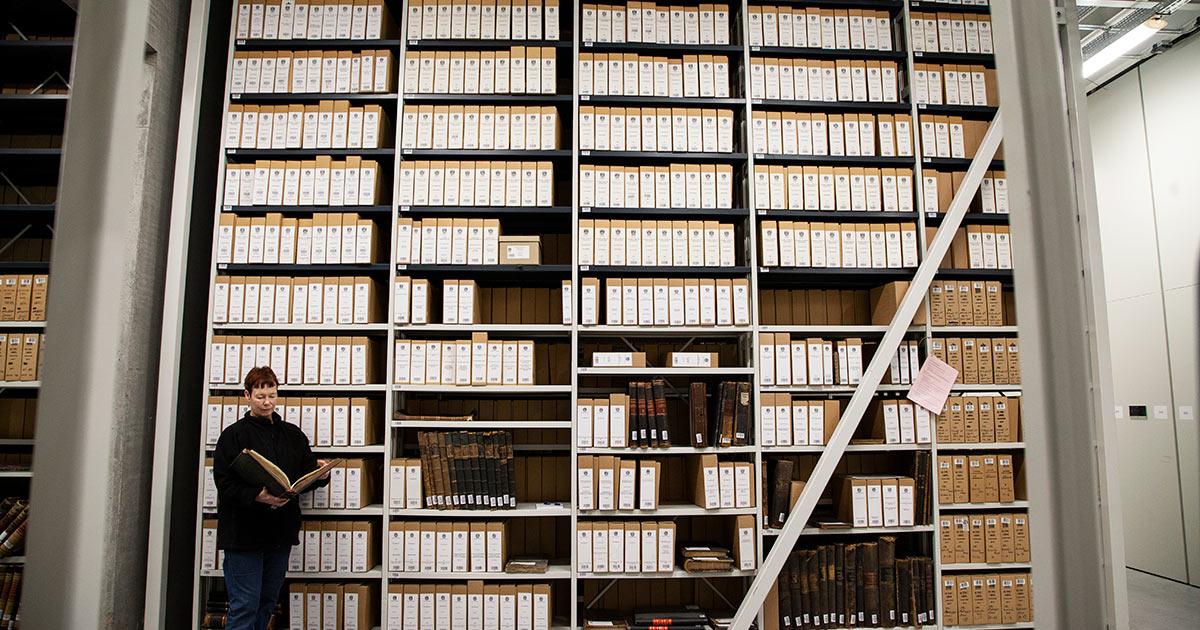 Fra Stadsarkivets magasin, hvor arkivets samling af arkivalier på papir opbevares. Foto: Mads Neuhard, Københavns Stadsarkiv