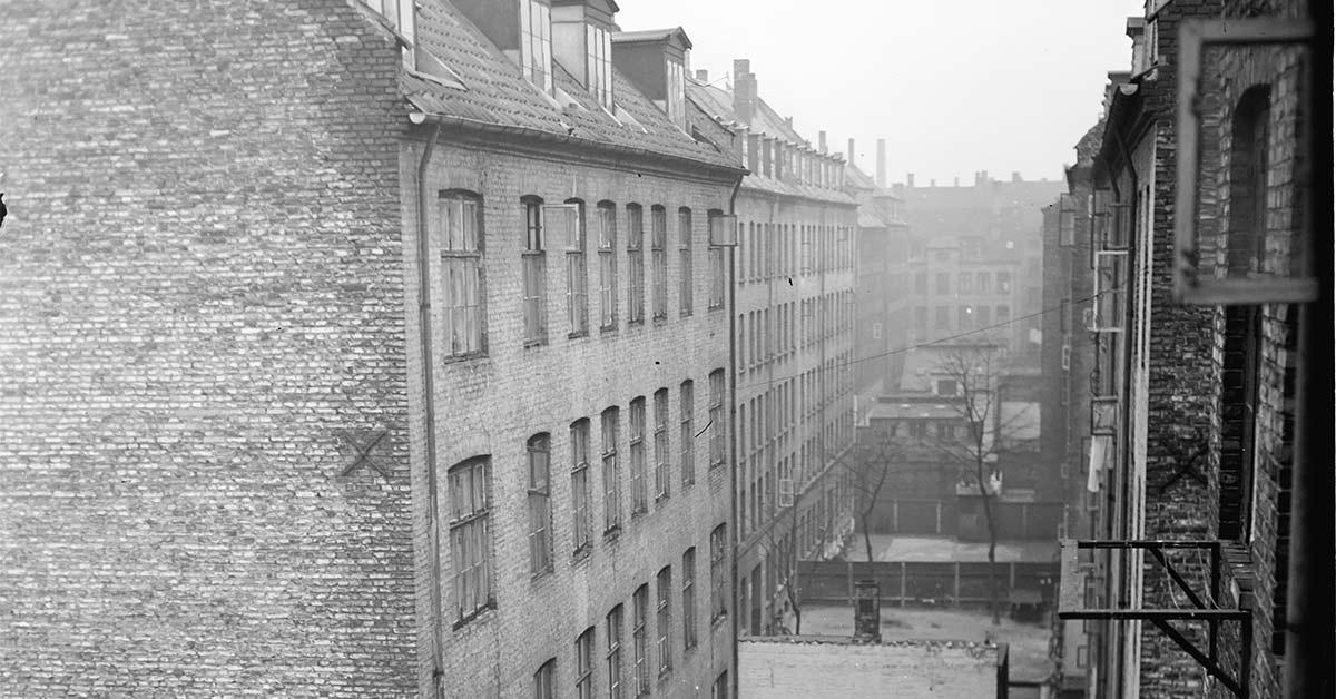 Der er ikke mange meter mellem bygningerne. Den nærmeste ejendom er Saxogade 17-19, og det er ejendommens første baggård mellem forhus og mellemhus, der ses på billedet. 1953. Foto: Fotograf ukendt, Københavns Stadsarkiv Boligkommissionens billedarkiv