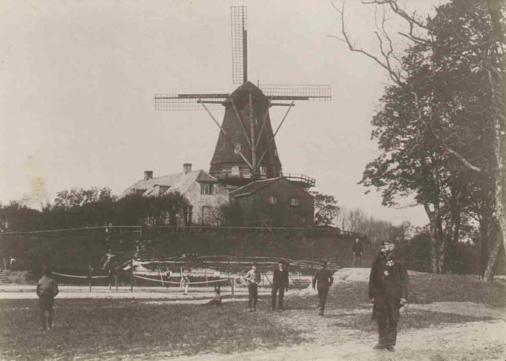 Bagest på billedet er Dronningens Mølle, og forrest står Scheibelein. Ca. 1890. Foto: Fotograf ukendt, Københavns Museum.