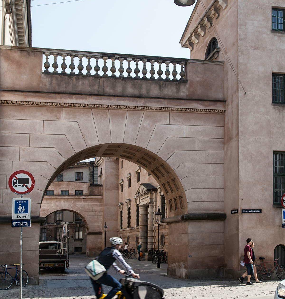 Sukkenes Bro mellem Domhuset og Arresthuset. Foto 2016: Mads Neuhard, Københavns Stadsarkiv