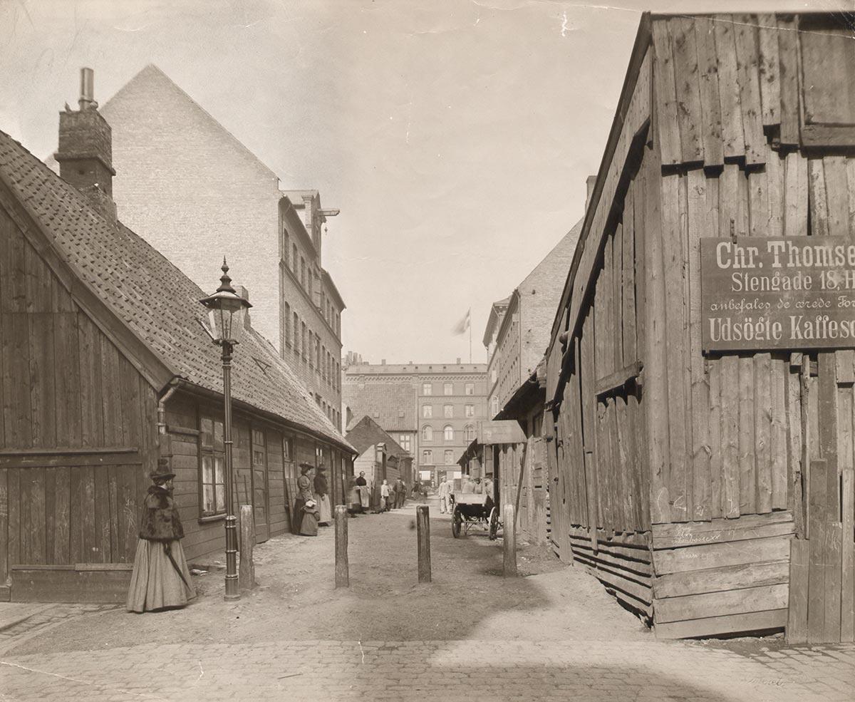 Stengade ud mod Nørrebrogade. Foto 1905: Johannes Hauerslev, Københavns Museum.