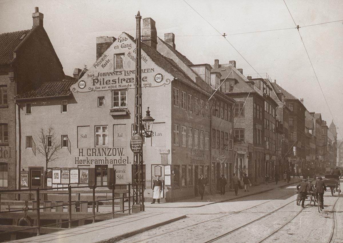 Torvegade set mod Knippelsbro. Til venstre Overgaden neden Vandet. Foto 1913: Ukendt fotograf, Københavns Museum.