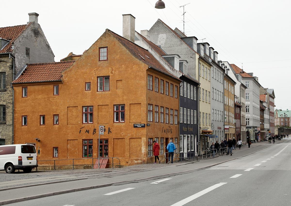 Torvegade set mod Knippelsbro. Til venstre Overgaden neden Vandet. 2014: Mads Neuhard, Københavns Stadsarkiv