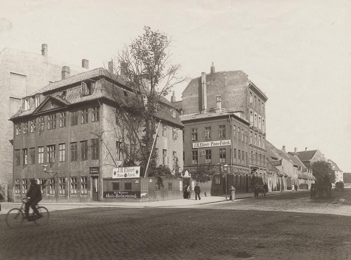 Hjørnet af Vester Voldgade og Ny Kongensgade. Foto 1899: Frederik Riise, Københavns Museum.