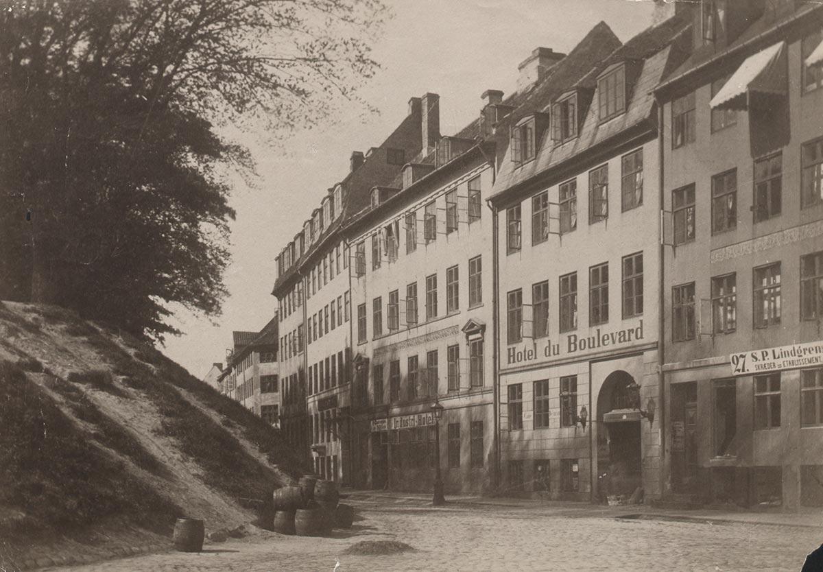 Vester Voldgade mellem Vestergade og Studiestræde set fra Rådhuspladse. Foto 1880: Ukendt fotograf, Københavns Museum.