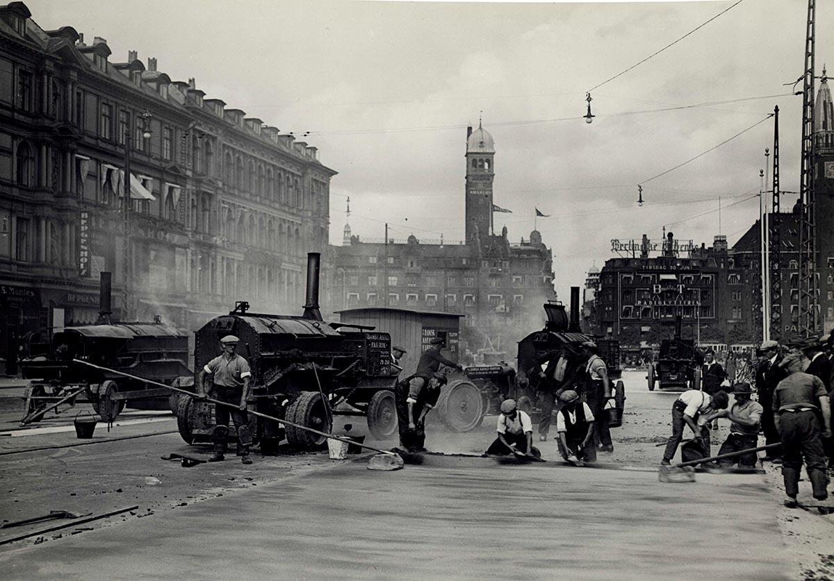 Asfaltarbejdere, Vesterbro Passage. Årstal ukendt, formodentlig først i 1930'erne Fotograf: Sven Türck, Københavns Stadsarkiv