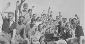 Et selskab af unge mennesker, der har indrettet sig med rejsegrammofon og primus. År: Ca. 1930-1945. Fotograf ukendt, Københavns Museum.