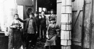 Arbejdere hos Bødkermester Hans Cornelius Lindgreen på Øresundsvej. År: 1912. Foto: Fotograf ukendt, Københavns Museum.