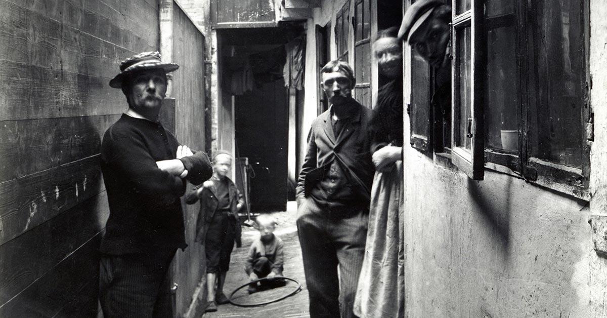 Folkeliv i smal passage ved Adelgade. År: 1898. Foto: Fotograf ukendt, Københavns Museum.