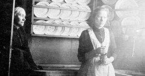 Dagligliv i køkkenet i Garvergården, hvor pigen i huset er i gang med dagens arbejde. Ca. 1900. Foto: Fotograf ukendt, Københavns Museum.