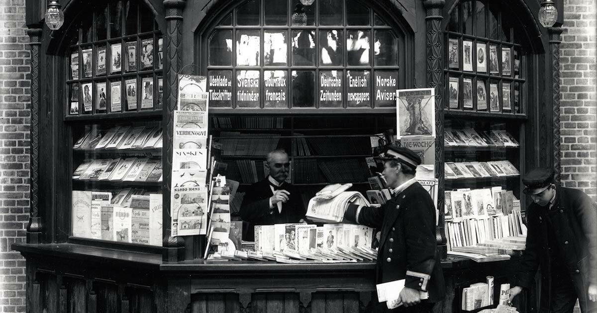 Aviskiosk på Københavns 3. hovedbanegård, 1918. Foto: Peter Elfelt, Københavns Museum