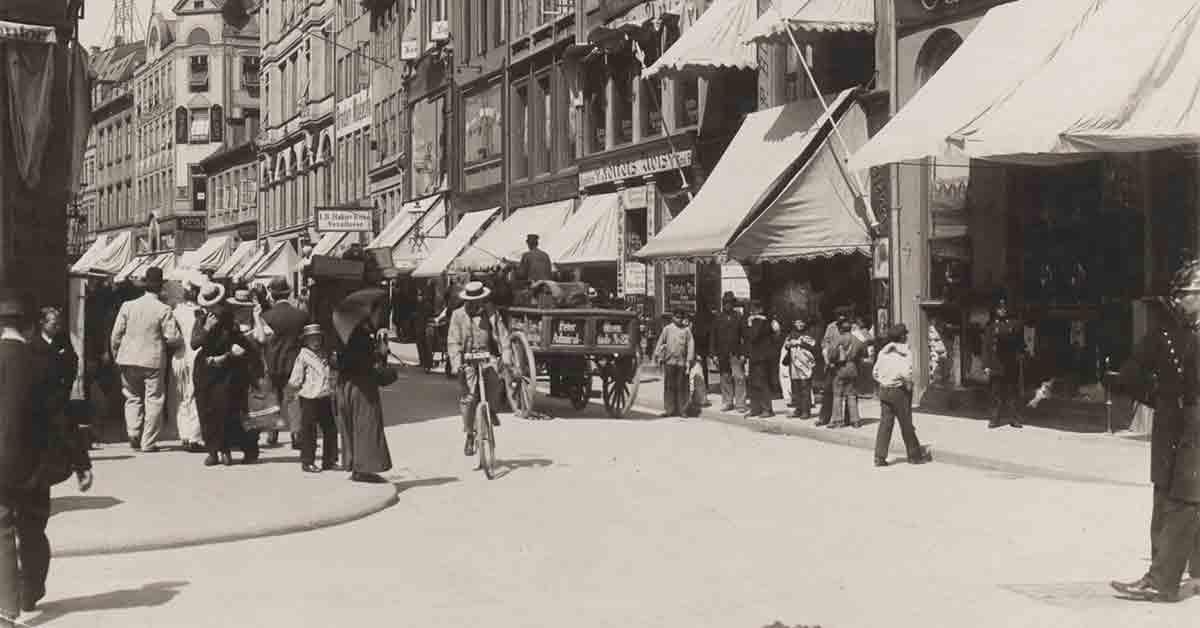 Købmagergade set fra Amagertorv. Den centrale vej er stærkt trafikeret gade med fodgængere, cykler og hestevogn. År: Ca. 1898. Foto: Fotograf ukendt, Københavns Museum