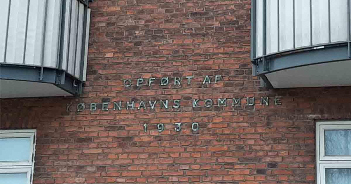 """Rundt om i byen kan man finde bygninger, hvor der på facaden står """"opført af Københavns Kommune"""". Her ses skriften på en ejendom på Sønder Boulevard. År: 2020. Foto: Københavns Stadsarkiv."""