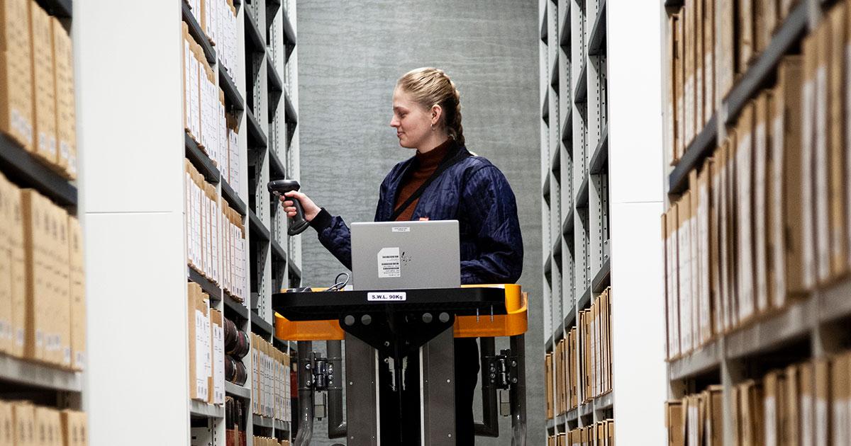 Sidste del i processen er at få arkivkasserne placeret på hylderne i det topmoderne arkiv i Høje Taastrup. Her kommer nyere tids historie ind blandt kommunens papirarkivalier indsamlet og gemt gennem århundreder. Foto 2020: Mads Neuhard, Københavns Stadsarkiv.