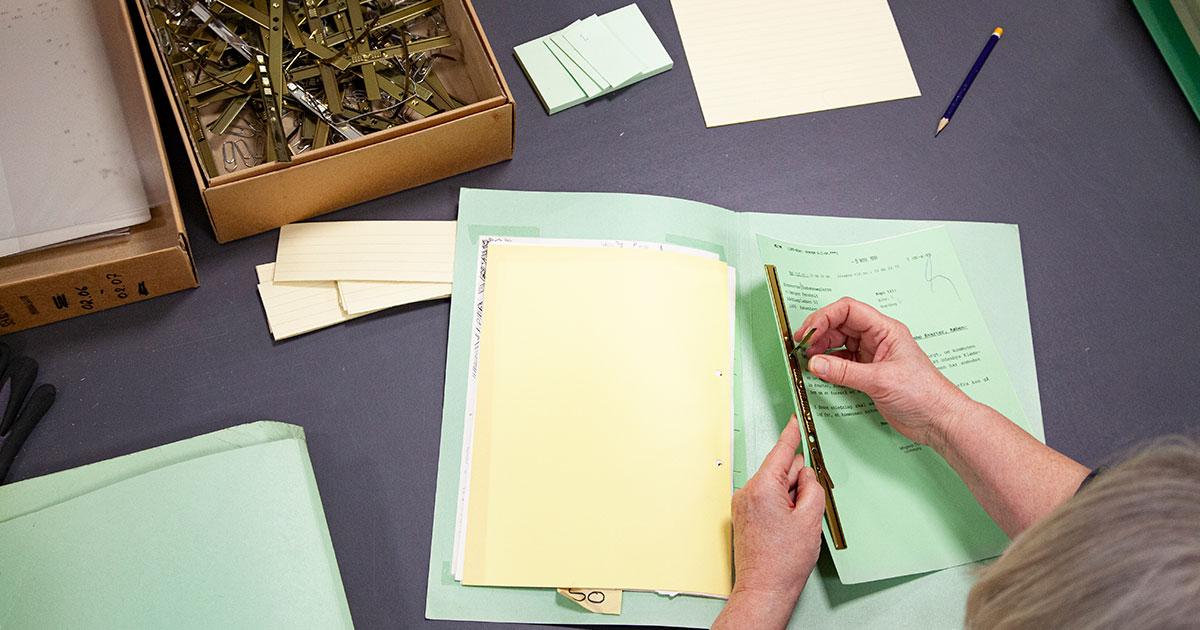 I arkivets ordningsrum renser ansatte de indkomne dokumenter for arkivfremmed materiale. Alt pakkes i arkivæsker. Noget materiale kommer til arkivet i arkivkasser, der kan genbruges, men ellers står over 125.000 æsker klar på arkivets lager. Det skulle være nok til de næste par år. Foto 2020: Mads Neuhard, Københavns Stadsarkiv.