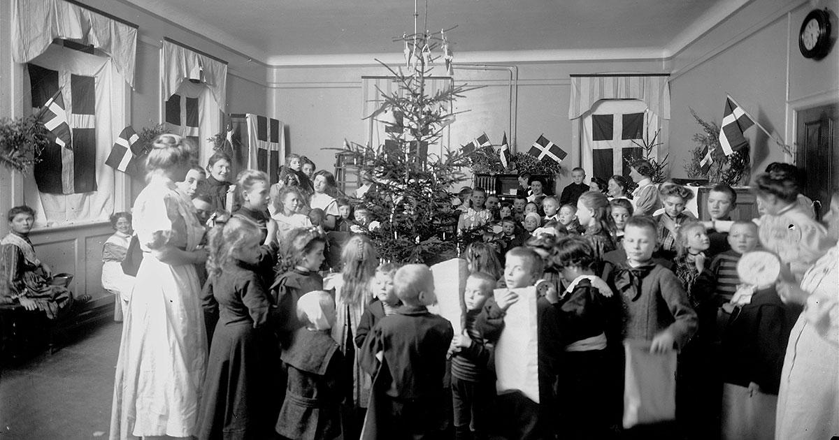 Du kan altid søge efter billeder på kbhbilleder.dk og se hvordan der for eksempel blev holdt jul på Dronning Louises Børnehospital i 1906. Fotograf: Ukendt. Københavns Museum. År: 1906.