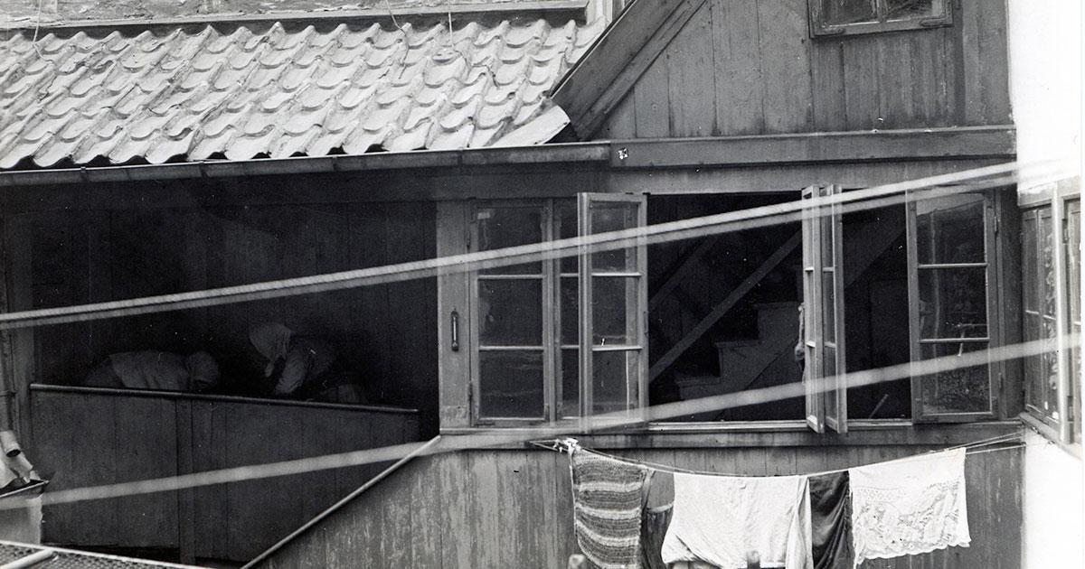 Svalegang i Adelgade 69, der var et af de områder, der var hårdt ramt af tuberkulose. Sygdommen ramte ofte de fattige dele af byen, hvor mange boede tæt under dårlige forhold. Foto: Fritz Benzen, 1902, Københavns Museum