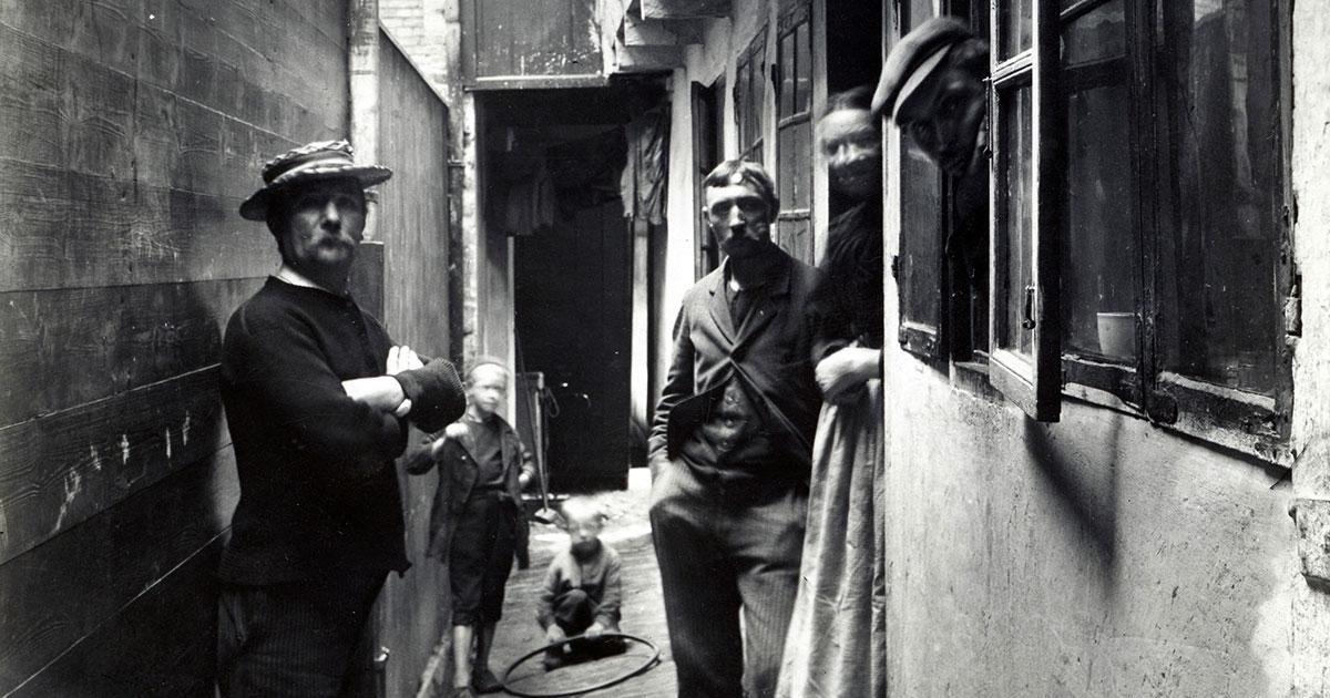 Folkeliv i det gamle Adelgade, 1898. Foto: Fritz Benzen, Københavns Musuem