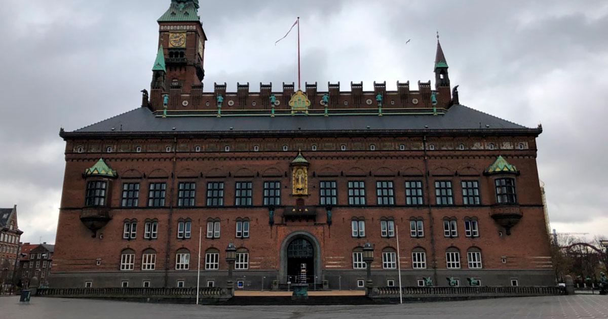 Under nedlukningen stod Rådhuspladsen tom. Fotografiet er indsamlet af Københavns Stadsarkiv som del af en indsamling blandt kommunens ansatte om deres arbejde og oplevelser med corona. Foto: Københavns Stadsarkiv, Dorthe Chakravarty, 2020.