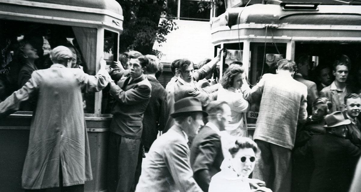 Befrielsesstemning i København. Folk strømmede ud på gaden og jublede. Sporvognene var overfyldte og folk stod og hang på vognene. Fotograf: Hjálmar R. Bárdarson, 1945, Københavns Stadsarkiv.
