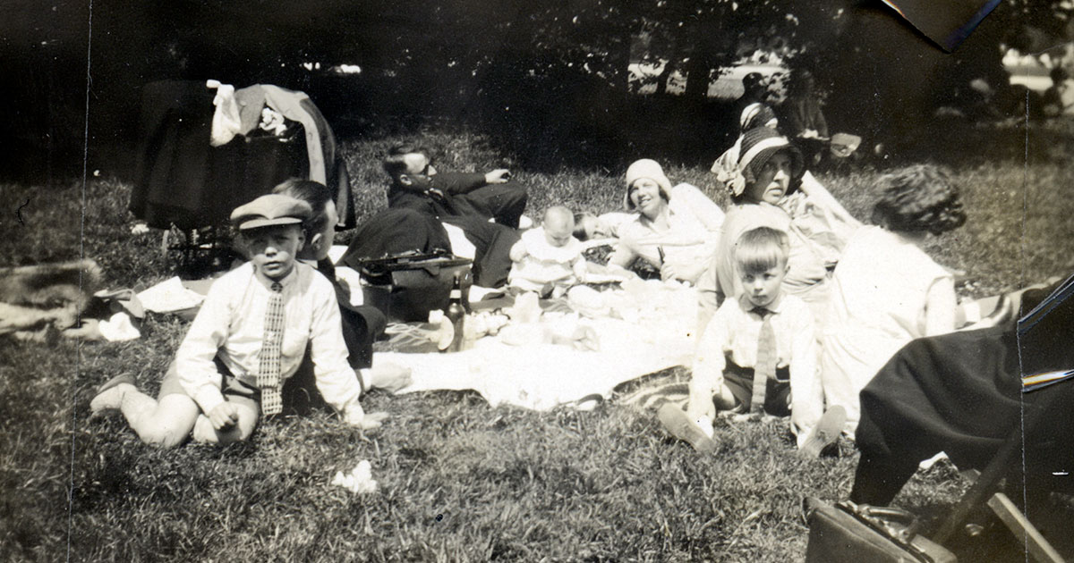 Familie på søndagstur i Fælledparken ca. 1930. Fotograf: Ukendt, omkring 1930, Københavns Stadsarkiv.