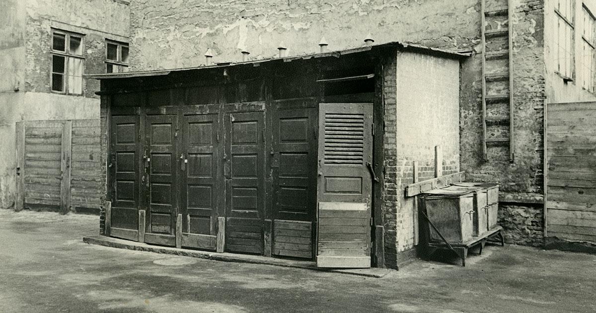 Toilet i baggråden, Kronprinsessegade 46. Fotograf Ukendt, 1943. Københavns Stadsarkiv