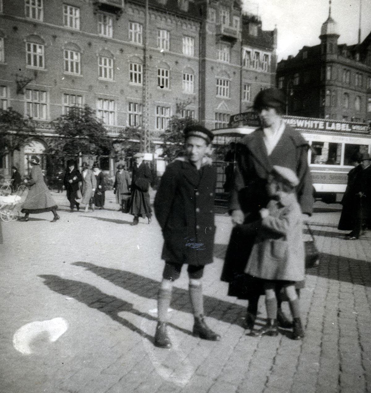 Ejner, Jenny Kirstine og Aage på udflugt til Rådhuspladsen. Fotograf: Ukendt, 1922, Københavns Stadsarkiv.