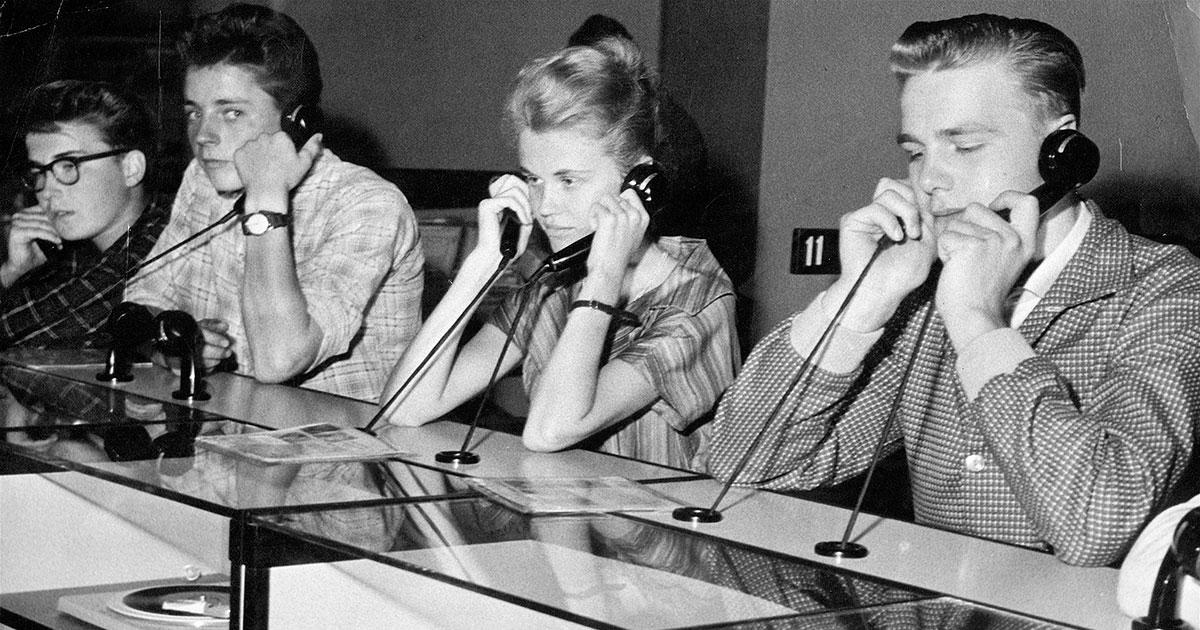 Lyttende unge mennesker i Magasins pladeafdeling 1965